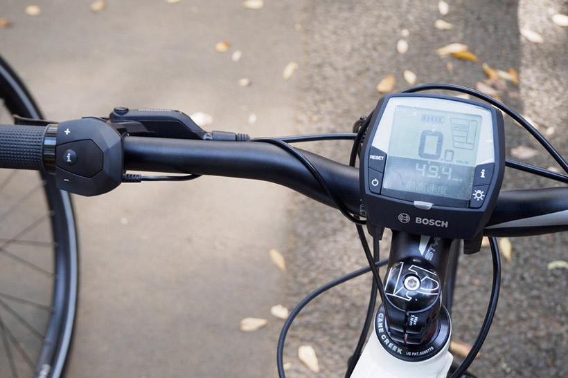 ↑ディスプレには速度や航続距離などの必要な情報が表示される。表示や走行モードの切り替えはハンドル左側のスイッチで行う