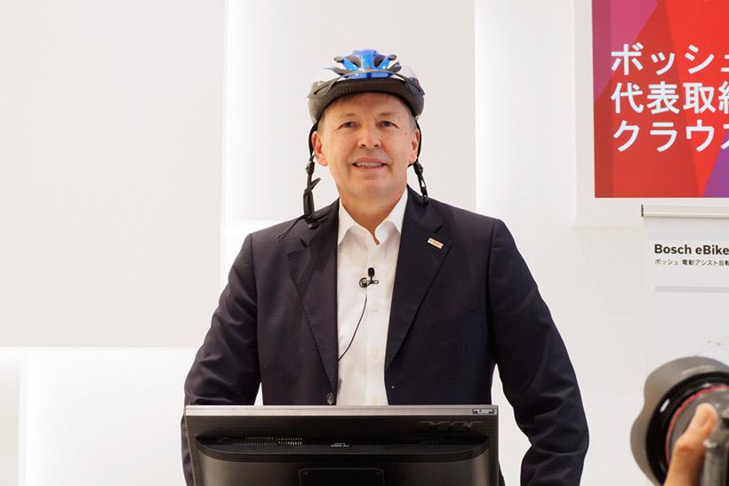 ↑発表会に登壇したBOSCHの代表取締役社長、クラウス・メーダー氏。自転車のヘルメットをかぶってくるなどおちゃめな一面も