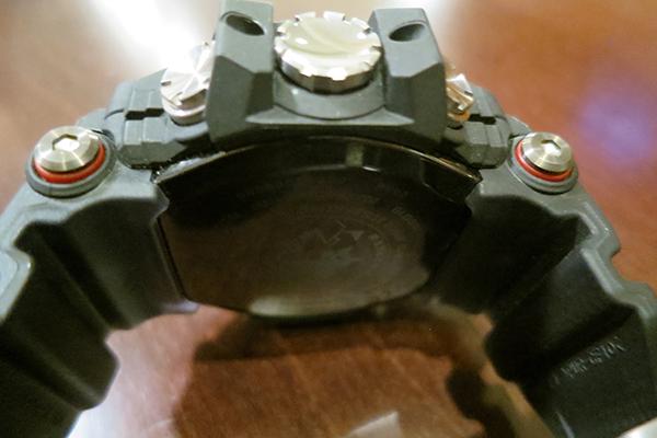なんと裏蓋はG-SHOCK初のブラックセラミック製。GPSの位置情報の取得は電力消費が大きいため、新レンジマンは充電バッテリーを内蔵。セラミックバックだと非接触で充電できるので、ソーラー充電もしくはワイヤレス充電が可能。防水の信頼性も高められる利点もある