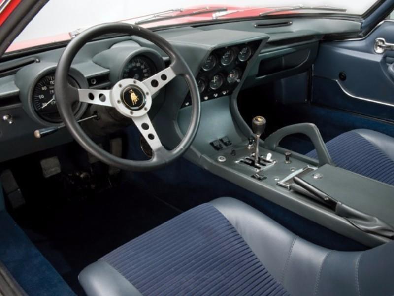 厚めのパッドで覆ったインパネに独立タイプの速度計&回転計と6連補助メーターを装備