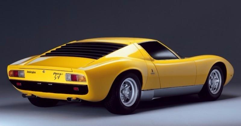 """1971年のジュネーブ・ショーで発表された「P400SV」。""""Sprint Veloce""""の略称だ。メカニズムの刷新とともにヘッドライト周囲の""""睫毛""""を廃止"""