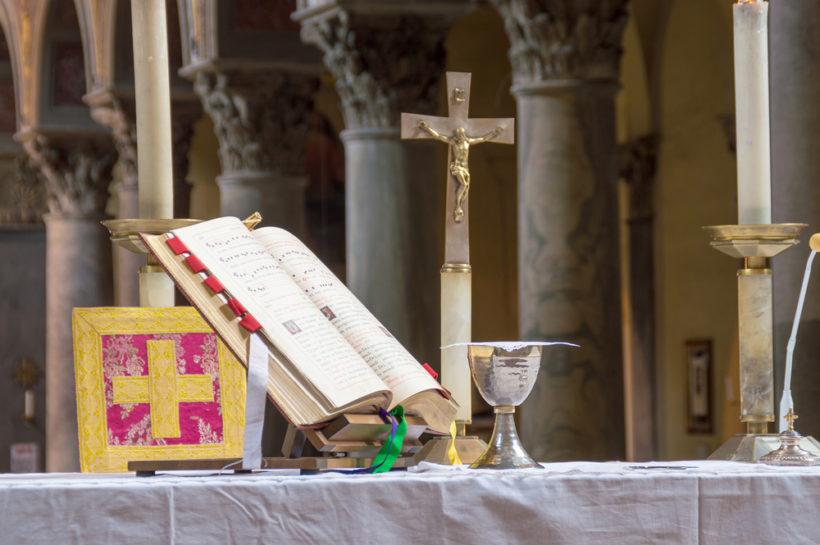 キリスト教のミサや儀式で使用される『ローマ典礼儀式書』。悪魔祓いの際にも用いられる(写真=t0m15-Fotolia)。