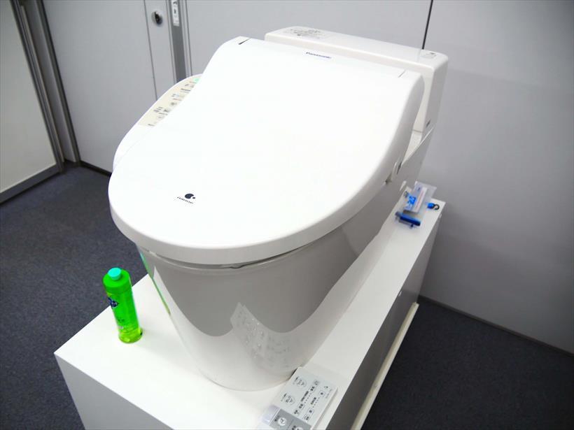 ↑温水暖房便座「ビューティ・トワレ」も展示してありました。台所用洗剤を入れておけば、泡の膜で便器内を覆い、汚れがつきにくくなるそうです。これがあれば、トイレ掃除もラクになりそう