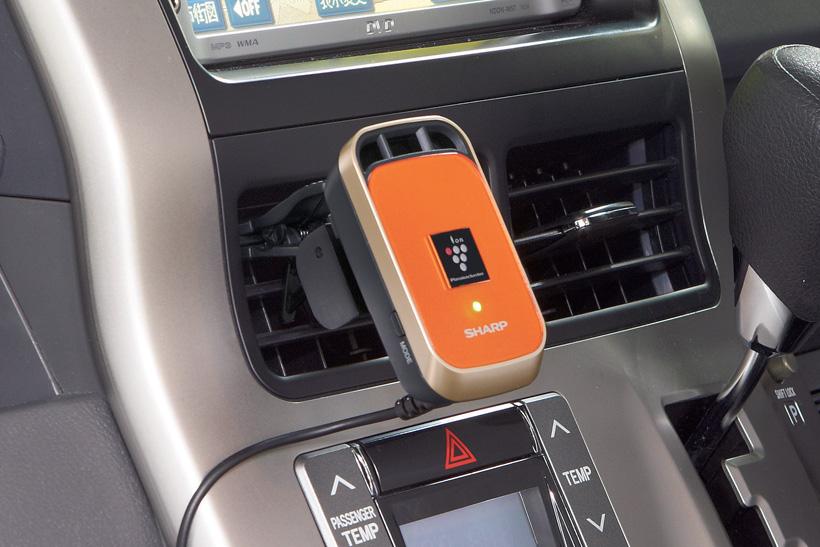 ↑ワンタッチでカーエアコンの吹き出し口に簡単に取り付けることが可能で、エアコンの気流に乗せて車内全体にイオンを放出します