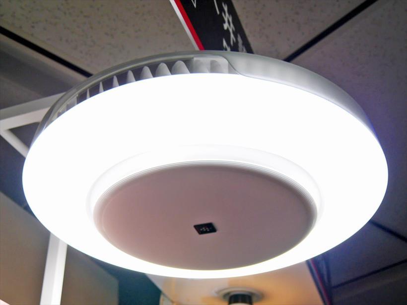 ↑LEDシーリングライト一体型空気清浄機「天井空清」(FP-AT3)
