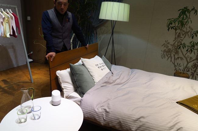 リビングだけでなく、寝室にも1つあると便利。Hueと組み合わせれば声で照明を操作でき、ベッドから出なくて済む