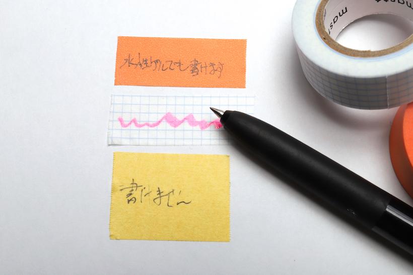 ↑上ふたつは字が書けるマスキングテープ。紙に書くような感覚で、くっきりと水性インクが乗る。一番下の通常のマステは、インクを弾いてしまってきれいに書けない