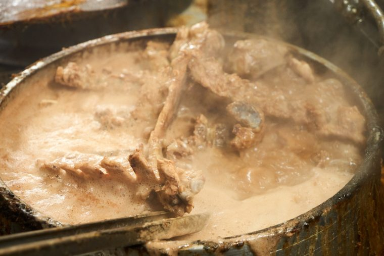 ↑グツグツを通り越してボコボコと煮えたぎるスープの釜。その下には、通常より1.5倍の火力が出る特注バーナーが燃え盛っている