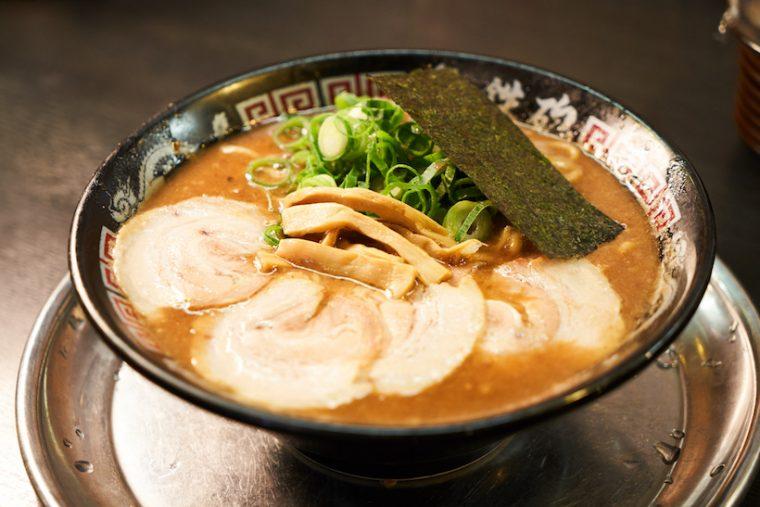 ↑「とんこつラーメン」780円。まるでジュレのような粘度の高さは、もはや食べるスープといえる仕上がり。ただ、実は濃度の異なるスープを3種類使い分けて巧みにブレンドしている。そのため、旨味や深みはありながらも雑味やクドさは皆無でペロリと味わえる