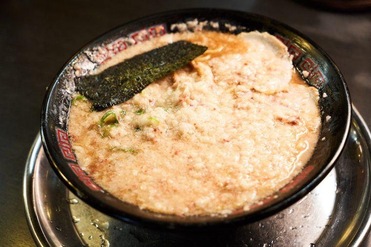 ↑「とんこつラーメン」の背脂を「超コテ」に増量。「ちょいコテ」や「ゲレンデ」などさまざまあり、そのほかスープをあっさりにしたり、麺の硬さやネギの量の変更などを好みに応じて調整したりできる