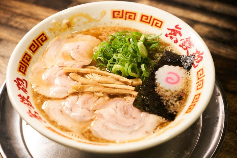 ↑「魚正油ラーメン」780円。煮干しを中心に、削り節、昆布、シイタケなどをブレンドした海の恵みが香る一杯だ。豚骨とミックスさせたWスープでオーダーすることもできる
