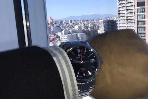 遠くに見える日本の最高峰を、最高峰ブランドの時計とともに望む。今回はGMT機能を使う機会がなかったけれど、赤い針はただあるだけでデザインのアクセントになります