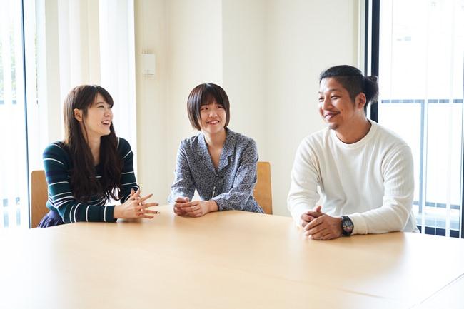 DMM Okanサービスを提供する事業会社DMM.comのみなさん。左からOkan事業の浜川遥さん、広報の長瀬七夕さん、Okan事業 事業責任者の岩渕 大輔さん