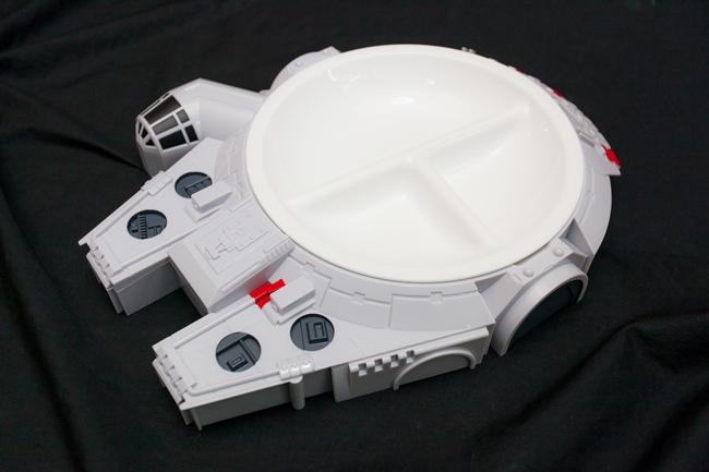 ↑宇宙船をかたどったランチプレート。アクセサリーなどを入れて小物入れのインテリアとしての楽しみ方も。スピンオフの製作が決定しているハン・ソロの「ミレニアム・ファルコン号」は話題性も抜群。2160円