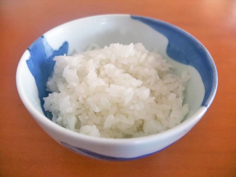 ↑「仕上り:しゃっきり/火かげん:弱」で炊いたごはん。「仕上り:標準」で炊いたときより、米粒表面の水分量がやや少なめです