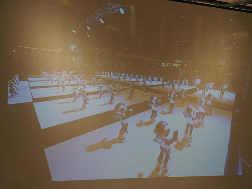↑ロビ100体が一斉に同じダンスを踊るパフォーマンス、100Robiの様子