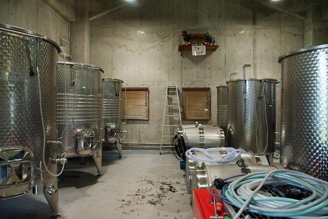 樽型のステンレスタンク。ブドウの特徴を生かす製法を実現する