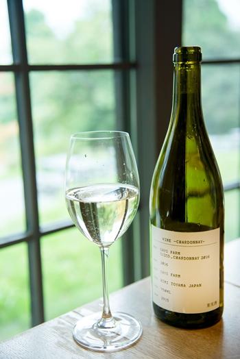 フラッグシップワインのシャルドネ。窓の向こうには、このシャルドネの畑が広がる
