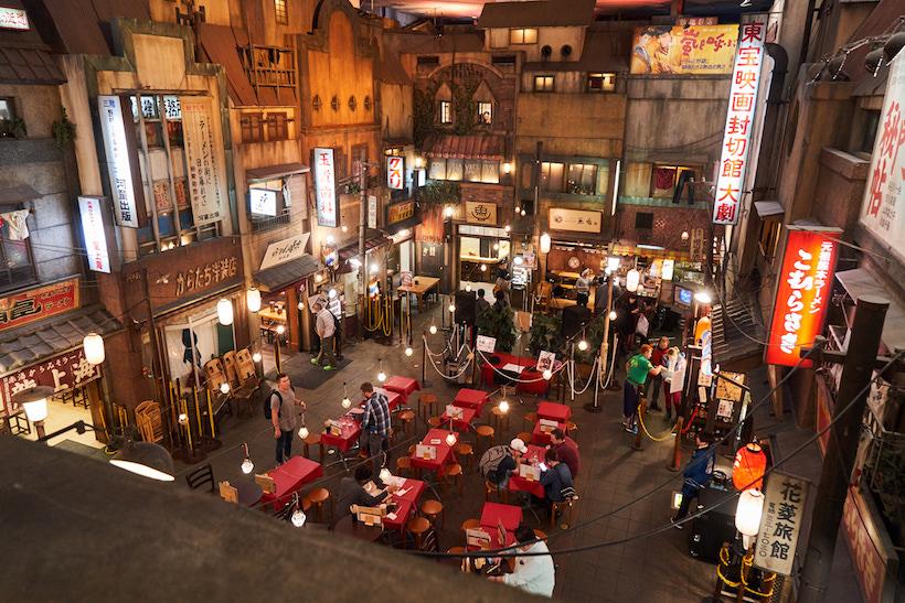 ↑階段を下りると、ノスタルジックな昭和の光景が広がる。出店するラーメン店は不定期で入れ替わり、現在は9つのラーメン店が軒を連ねている