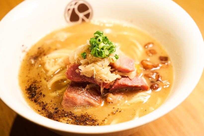 ↑「無垢ツヴァイテラーメン」1200円。ベーコンとザワークラウト(キャベツのドイツ風漬物)を炒め、動物系のスープに溶け込ませた同店らしい一杯だ