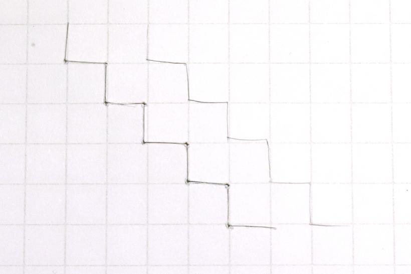 ↑左が軟質樹脂製マット、右がガラスマットでのギザギザ切り。左は、カドの頂点がえぐられたような穴になっている