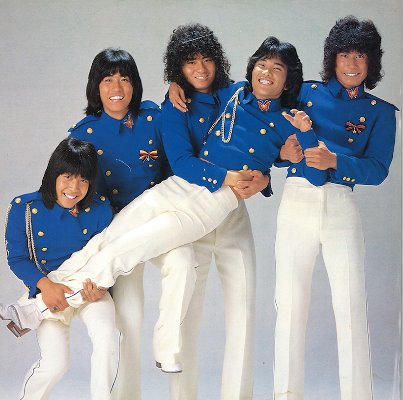 ↑シングル「ハローハローハロー」発売時の衣装はミリタリールック。ヴィジュアルの面でもグループ・サウンズのDNAが注入されていた