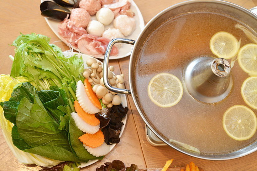 ↑こちらが「レモングラス鍋」。鍋コース(一人前/3726円~)のうちの一品で、スープのベースはほかに「トムヤム鍋」「グリーンカレー鍋」を選ぶこともできます(※写真は2人前)