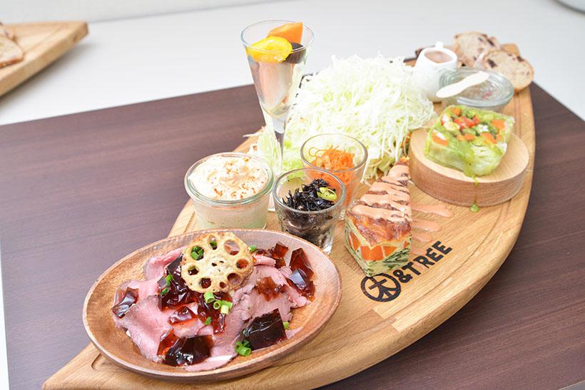 ↑かずさ彩り野菜のプレートは、フリードリンク付きで1900円(税抜)。「地元野菜たっぷりの選べる3種のポットパイ」もしくは「自家製ローストビーフ」を選ぶことができます(写真はローストビーフ)