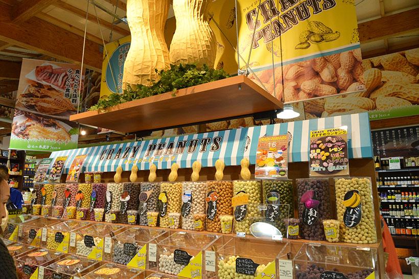 ↑名産のピーナッツを使ったお菓子を量り売りスタイルで。ダイナミックな見せ方は、従来の道の駅のイメージを超えています