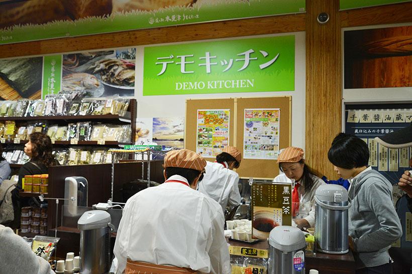 ↑店内にはデモキッチンがあり、試食で体験しながらおいしく買い物ができます