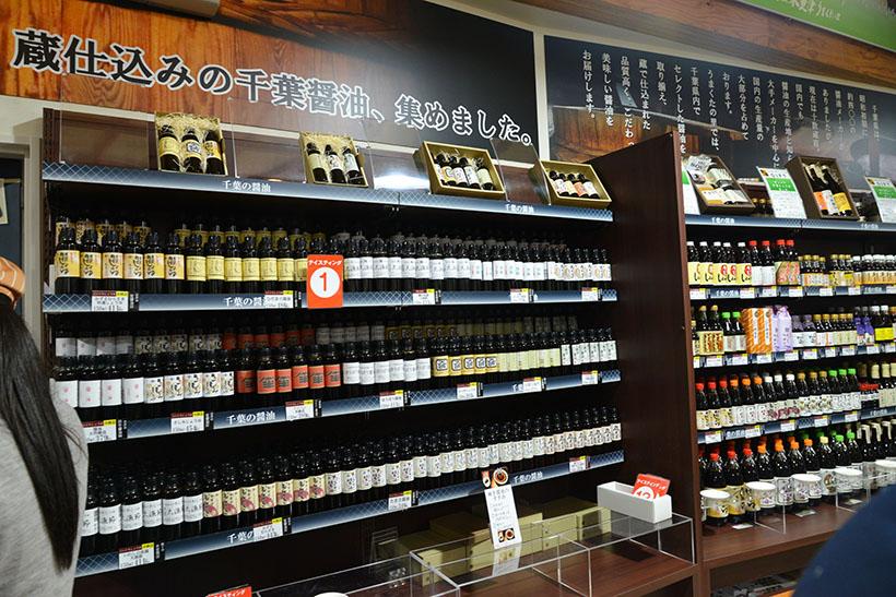 ↑蔵仕込みの醤油がズラリ。その隣には、醤油を使った調味料が多種多彩に並べられており、一部は試食も可能です