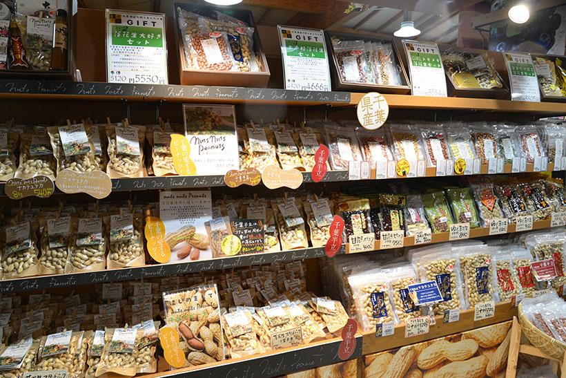 ↑落花生とピーナッツも大きさや味付けなどで分けられ、様々な商品がラインナップ。さすがは日本一の生産量を誇る千葉県ですね