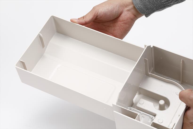 ↑気化フィルターを設置するトレイは抗菌仕様。フラットで洗いやすくなっています