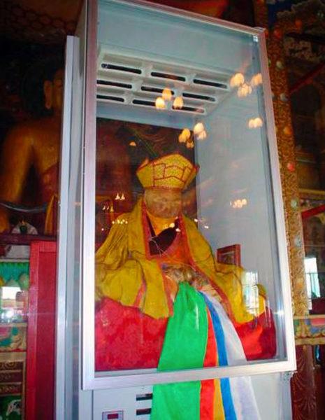 チベット仏教僧院イヴォルギンスキー・ダツァンで眠るダシ=ドルジョ。