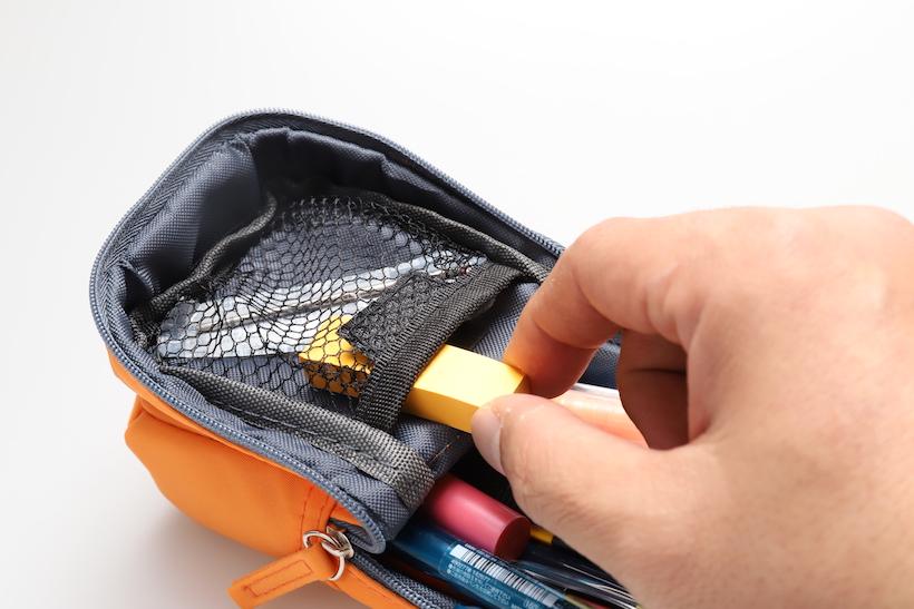 ↑フタ側についたメッシュポケット。決して使いやすいわけではないので、あまり使わない類のものを収納する方がいい