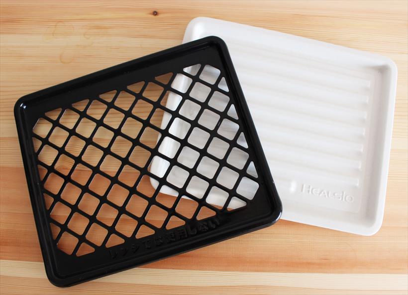 ↑トレイは、過熱水蒸気調理とレンジ機能に使えるセラミックトレイ(右)と、過熱水蒸気専用のホーロー焼き網が付属