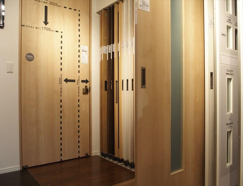 ↑ドアも色、形を豊富に用意。床の色との組み合わせで比較もできます。奥にあるのはドアのサイズで、最大で250cmのドアも選べます