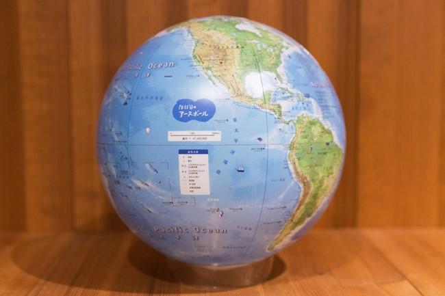 ほぼ日のアースボール/5940円 いま販売されているどの地球儀よりも、精密で情報量が多いビーチボールタイプの地球儀。専用アプリをダウンロードしてスマホを地球儀にかざすと、各国の情報はもちろん、スペシャル動画も楽しめるという隠れた仕掛け付き。地球に親しみながら子どもと有意義な時間を過ごせる。