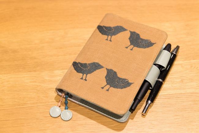 糸井さんが愛用しているのは、「ほぼ日手帳」の定番サイズである、文庫本サイズの「オリジナル」。カバーは、手描きの図案をもとに、織りや染め、刺繍などを施した「minä perhonen(ミナ ペルホネン)」の生地を用いたもの。ペンを挿すことで留められるバタフライストッパーに、気に入ったペン2本を挿しておくことで、手帳に書くことが増えるとか