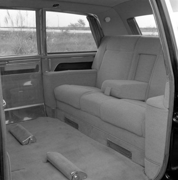 前席に3名、後席に3名、補助席に2名が乗車できる8名乗りのシートレイアウト。貴賓席となる後席には最高級のウールが張られ、足元にはオットマンも装着する。サイドガラスは乾燥空気を封じ込めた二重式、リア専用の空調も導入された