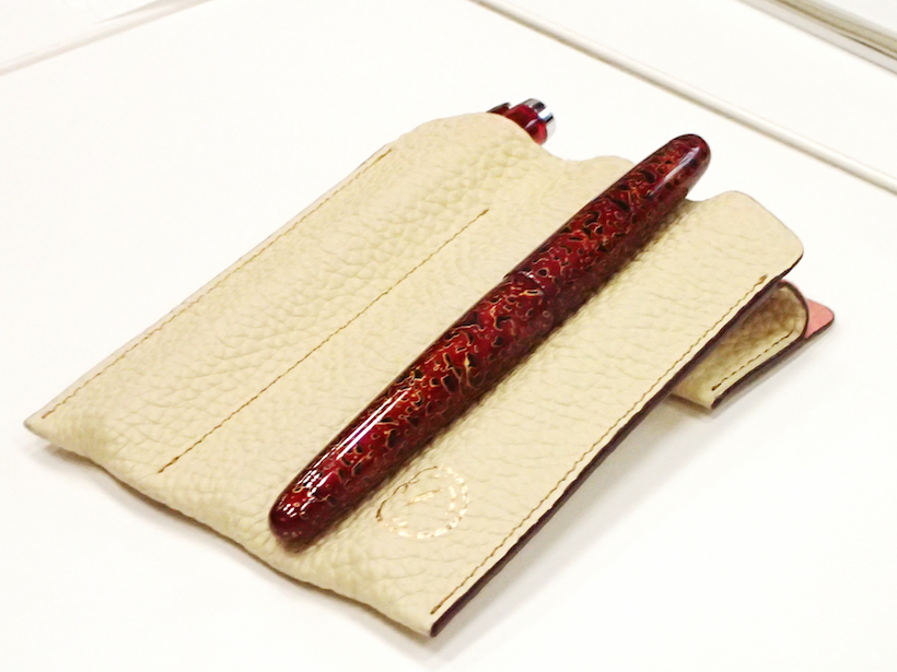 ↑赤色好きな朝食会メンバーが「ついに入手しました!」と持ち込んだ、津軽塗の万年筆。深い朱色が美しい