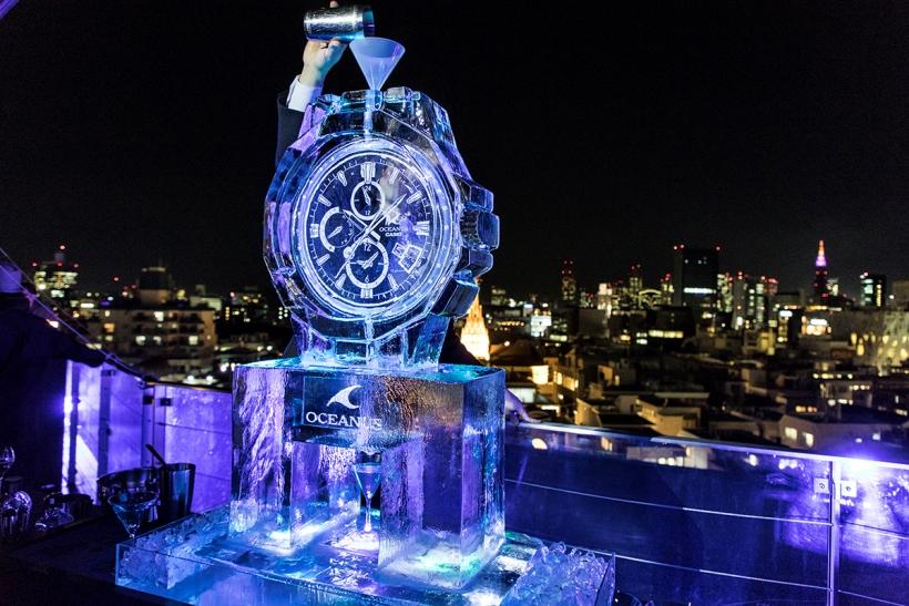 ↑氷でできたオシアナスのオブジェは、上からカクテルと通してグラスへ注ぐという趣向も。出来上がったオリジナルカクテルは、もちろんブルー