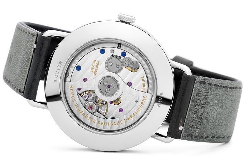 薄さ3.2mmで設計された極薄の自社製自動巻きCal.DUW3001。このスリムなムーブメントは、最大で約43時間もパワーリザーブを確保