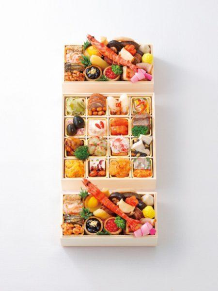 """旬の彩を盛り込んだ日本料理で知られる「柏屋 大阪千里山」と、ワインと薬膳中華として名を馳せるナチュラルチャイニーズレストラン「Essence」が、それぞれの重の監修でコラボレーションした『和・中華風 二段三重』。素材の味わいを大切にした伝統的な味付けの和の重は一人前ずつ。辛い・甘い・酸っぱい・苦い・しょっぱいという五味をバランスよく配した中華の重は、好きなものを取り分けられるオードブル仕立てに。""""和中""""折衷でワインにも合うという新スタイルです"""