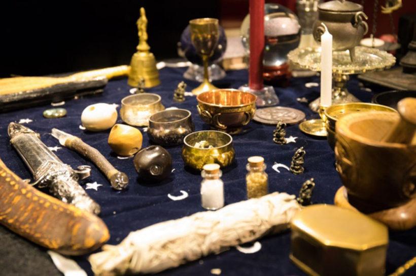 祭壇に並べられた術具。
