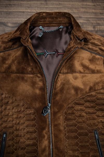 レザーのアウターが有名なボローニャのファッションブランドであるヘッタブレッツからは、ウルスにインスピレーションを得たエレガントなスエードジャケットを30着限定で用意。