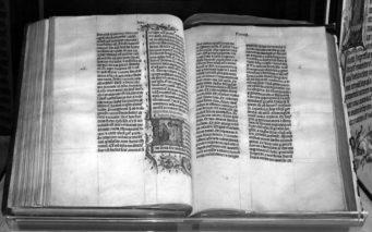 キリスト教徒の聖典『新約聖書』。画像は15世紀の手書き聖書。
