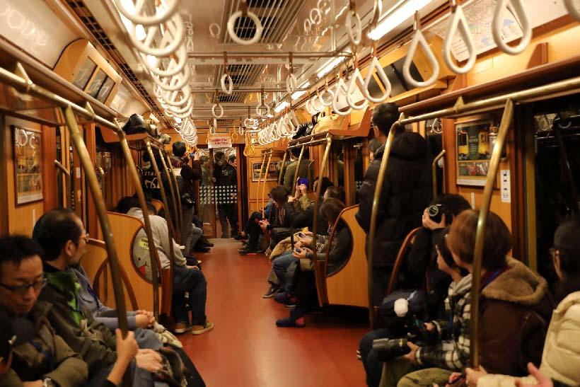 ↑浅草駅〜渋谷駅間は照明がLEDモードから、やや赤みがかったレトロモードとされた