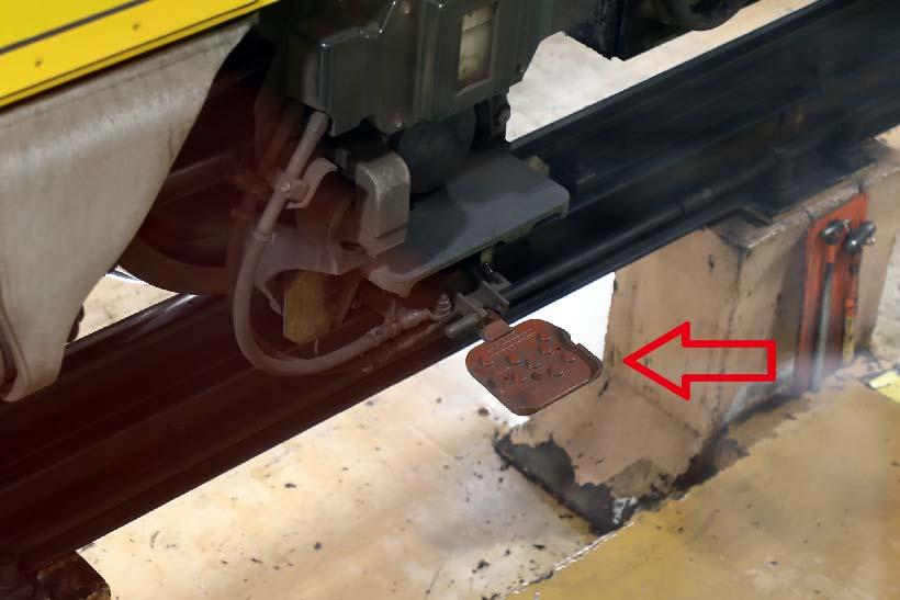 ↑銀座線1000系の台車に付くコレクターシュー(矢印部分)。この装置でサードレールから集電して電車が走る