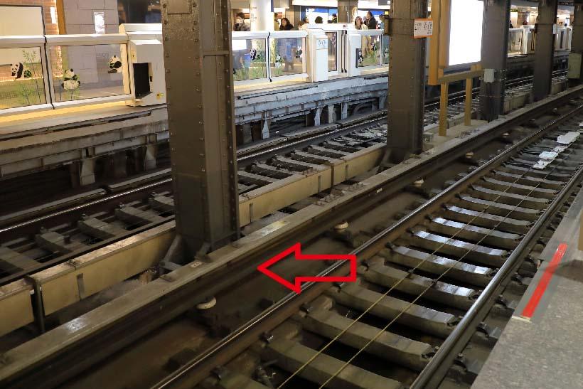 ↑レールに平行して設けられるサードレール(矢印のレール)。ここに電気が流されていて、コレクターシューをすって集電する
